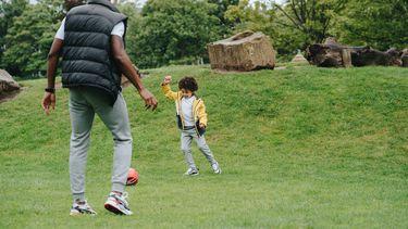 kinderen leren buitenspelen