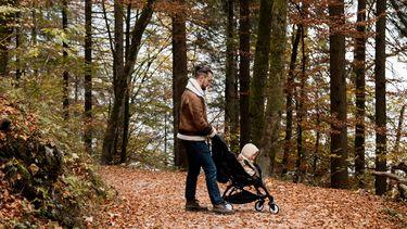 Vader met kind in kinderwagen
