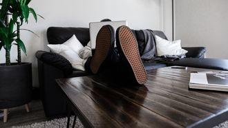 Geheim opvoedprotocol: je kinderen verbieden hun voeten op tafel te leggen, maar zelf ...