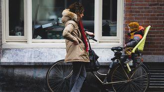 moeder met fiets en kind opvoeding nederland