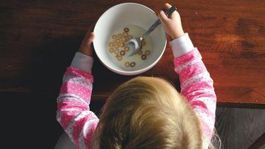 kind eet gezonde muesli