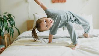 meisje op bed bedplassen kind plast in bed